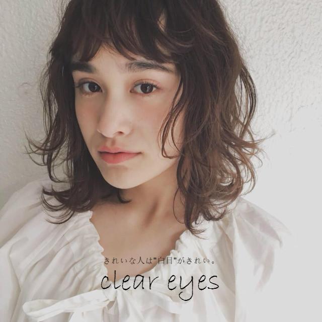 目 を 白く する